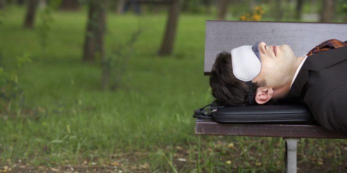 Бизнесмен спит в парке