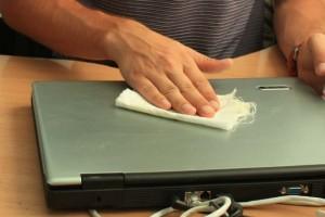 Протираем крышку ноутбука