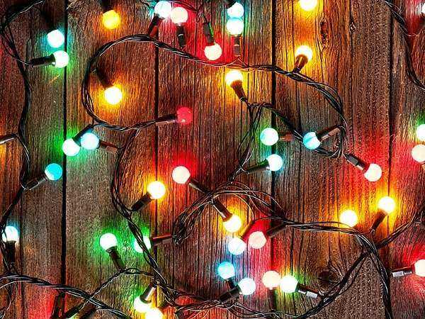 уличная гирлянда из лампочек